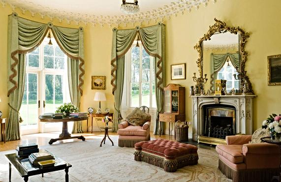 Великолепные классические шторы в гостиной загородного дома